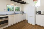 Waiheke Como Bach: Kitchen of Oneroa holiday bach