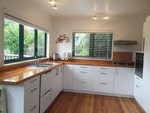 Waiheke Beach Barn: Kitcehn at Rocky Bay holiday house
